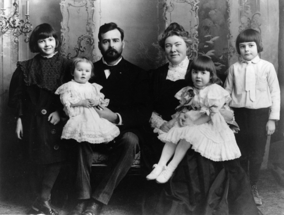 Ernest Hemingway (far right, standing) with his family, 1905
